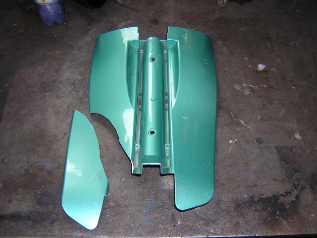 8fc306bbcc27 Ez egy elektromos kerékpár műanyag alkatrésze, mint jól látható ketté van  törve.