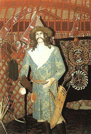 Honfoglaláskori jurta belülről, magyar férfiviselettel (Nemzeti Múzeum)